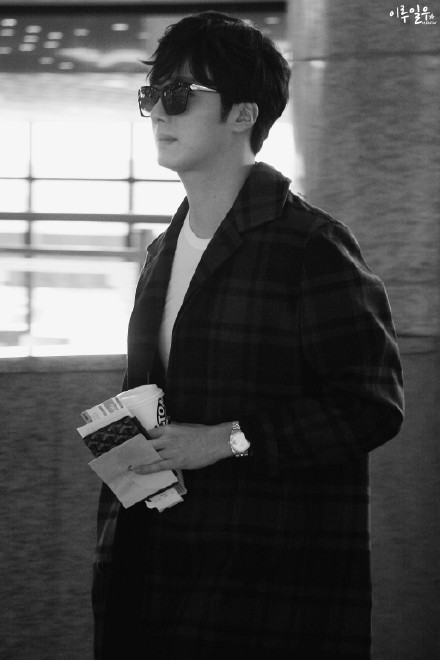 2015 3 Jung Il-woo at the airport in route to Star Chef filming in China B 4