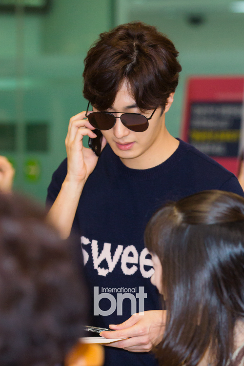 2015 09 12 Jung Il-woo at Gimpo Airport awaits manager for misplaced passport.10