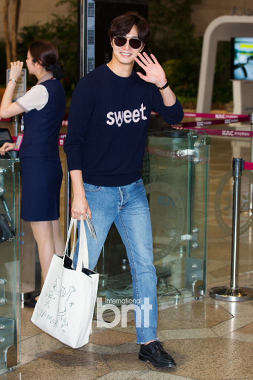 2015 09 12 Jung Il-woo at Gimpo Airport awaits manager for misplaced passport.13