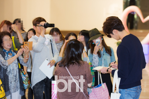 2015 09 12 Jung Il-woo at Gimpo Airport awaits manager for misplaced passport.22