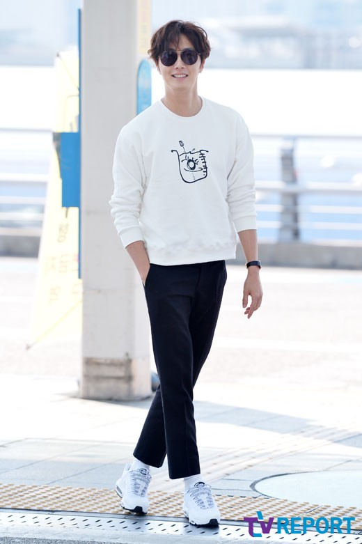 2015 09 15 Jung Il-woo at the airport in reute to the 20th Anniversary of Joy and Peace in Shanghai, China. 10