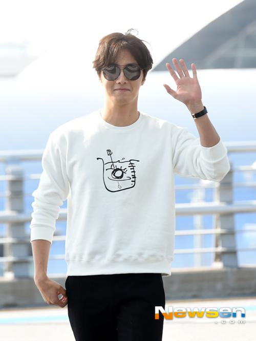 2015 09 15 Jung Il-woo at the airport in reute to the 20th Anniversary of Joy and Peace in Shanghai, China. 2