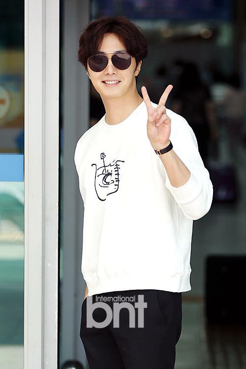 2015 09 15 Jung Il-woo at the airport in reute to the 20th Anniversary of Joy and Peace in Shanghai, China. 4