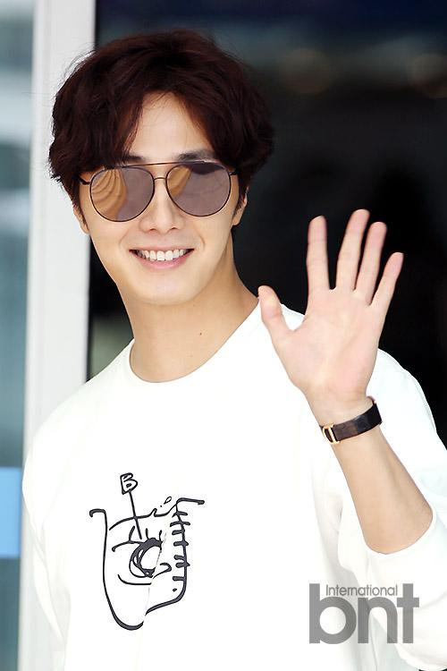 2015 09 15 Jung Il-woo at the airport in reute to the 20th Anniversary of Joy and Peace in Shanghai, China. 7