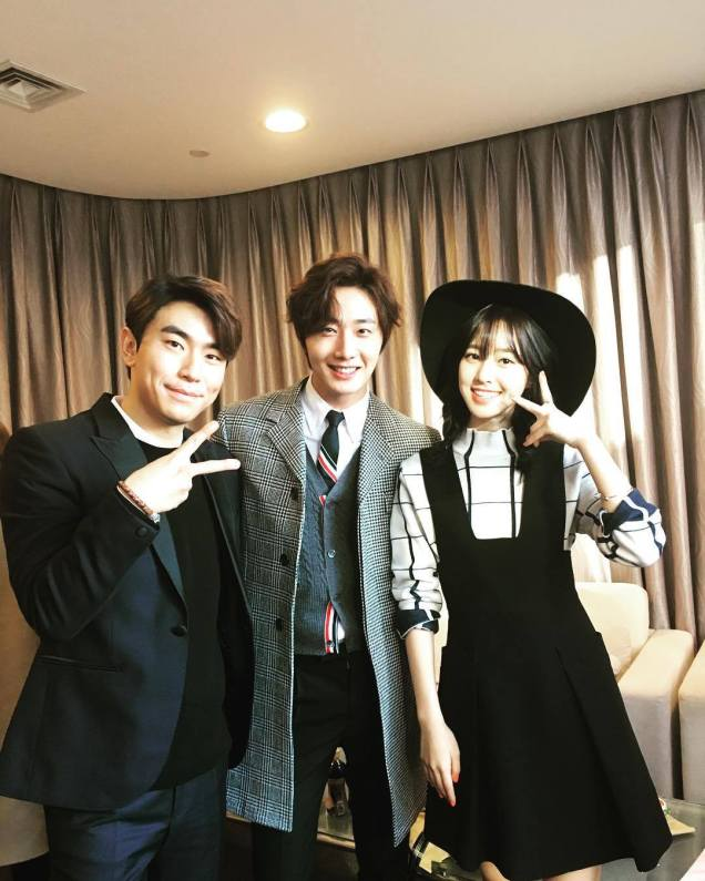 2015 12 4 Jung Il-woo and cast cheer the SOHU headquarters. Cr. SOHU TV and as posted. 3