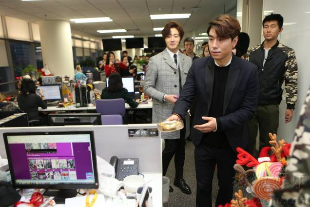 2015 12 4 Jung Il-woo and cast cheer the SOHU headquarters. Cr. SOHU TV and as posted. 8