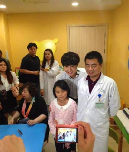 2015 6 5 Jung Il woo meet children at the Shanghai Hospital.7