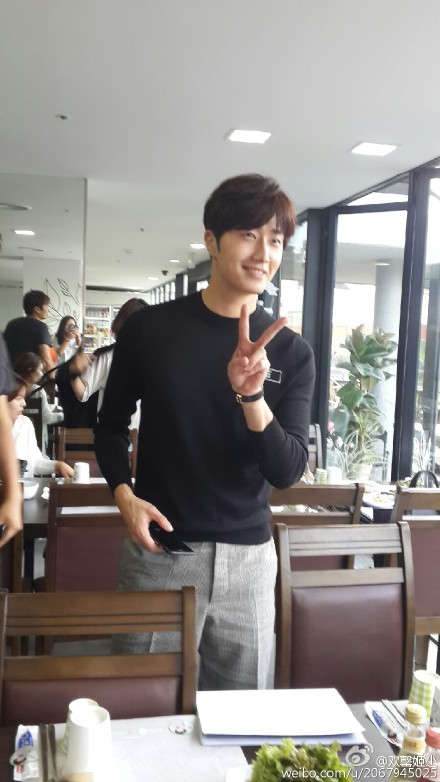 2015 8 23 Jung Il-woo delights in a meal hosted by his Baidu Chinese Fan Club. 3