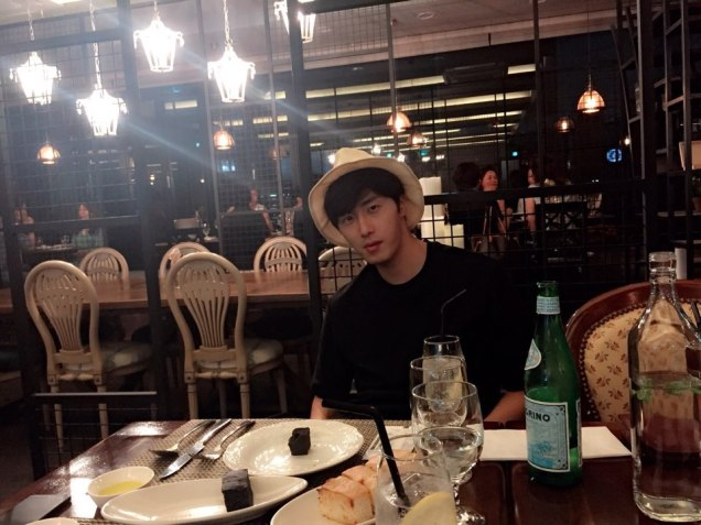 2015 8 25 Jung Il-woo Gallery photos eating with a hat. 11