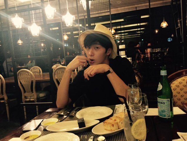 2015 8 25 Jung Il-woo Gallery photos eating with a hat. 12