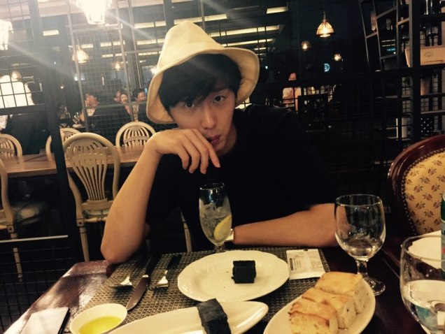 2015 8 25 Jung Il-woo Gallery photos eating with a hat. 14