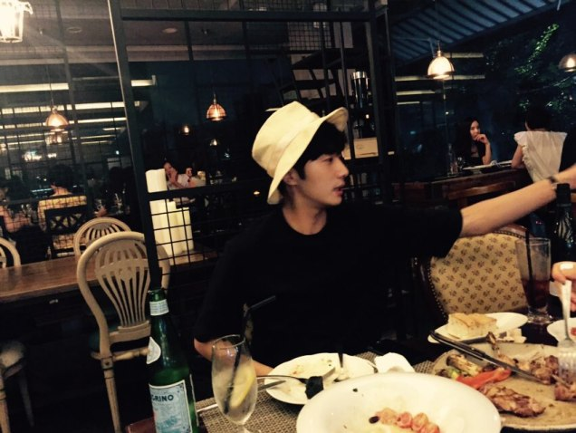 2015 8 25 Jung Il-woo Gallery photos eating with a hat. 6