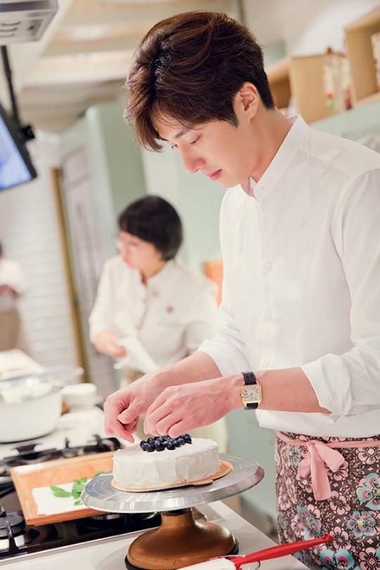 2015 9 4 Jung Il-woo celebrates his birthday baking with fans. Cr. jungilwoo.com:Starcast 14.jpg