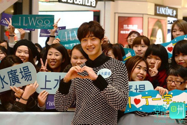 2016 1 23 hong kong fan meeting. posing with fans. cr. on photos.1