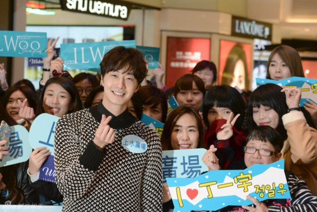 2016 1 23 hong kong fan meeting. posing with fans. cr. on photos.7