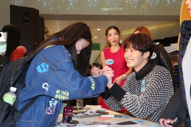 2016 1 23 hong kong fan meeting. signing autographs. cr. on photos.10
