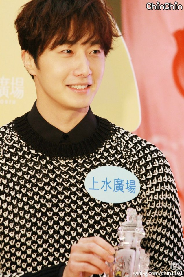 2016 1 23 jung il-woo in hong kong fan meeting extras holding things 2