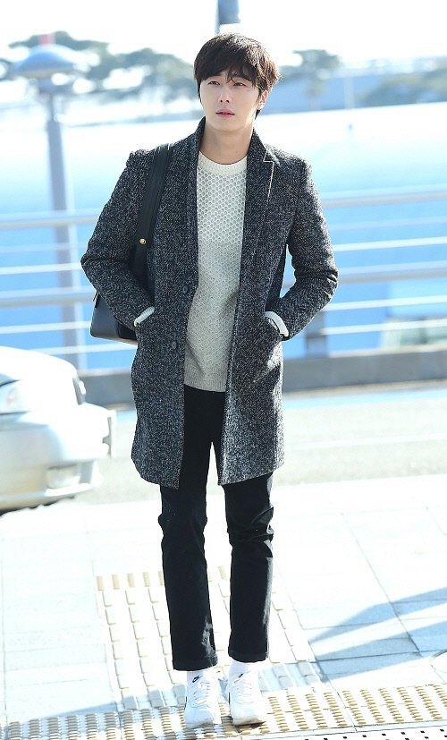 2016 1 9 jung il-woo in the airport going to shanghai for the smile cup part 1 12