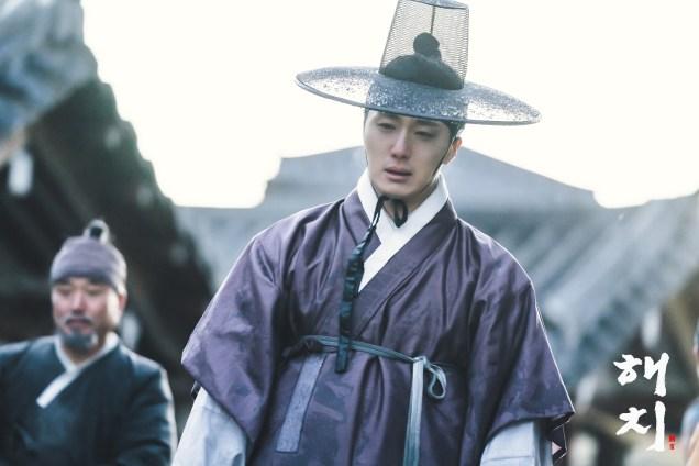 2019 2 18 Jung Il-woo in Haechi Episode 4 (7,8) Behind the Scenes. Cr. SBS. 2.jpg