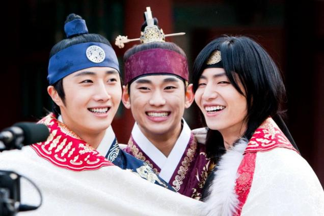 Jung II-woo in The Moon that Embraces the Sun Episode 20 BTS Blanket Cuties 00002