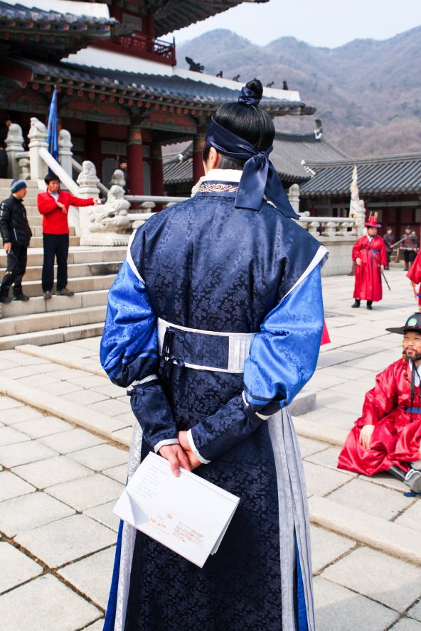 Jung II-woo in The Moon that Embraces the Sun Episode 20 BTS Filming Battle  00015.jpg
