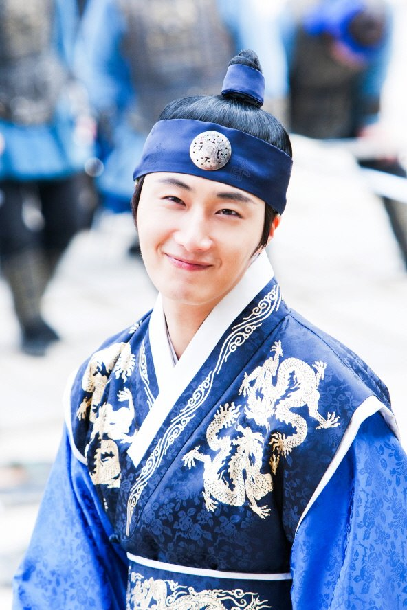 Jung II-woo in The Moon that Embraces the Sun Episode 20 BTS Medium  00002.jpg