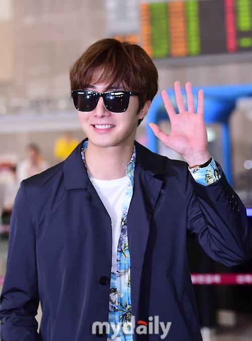 2016 4 14 Jung Il-woo at the airport in route to Japan for Fan Meeting. 1