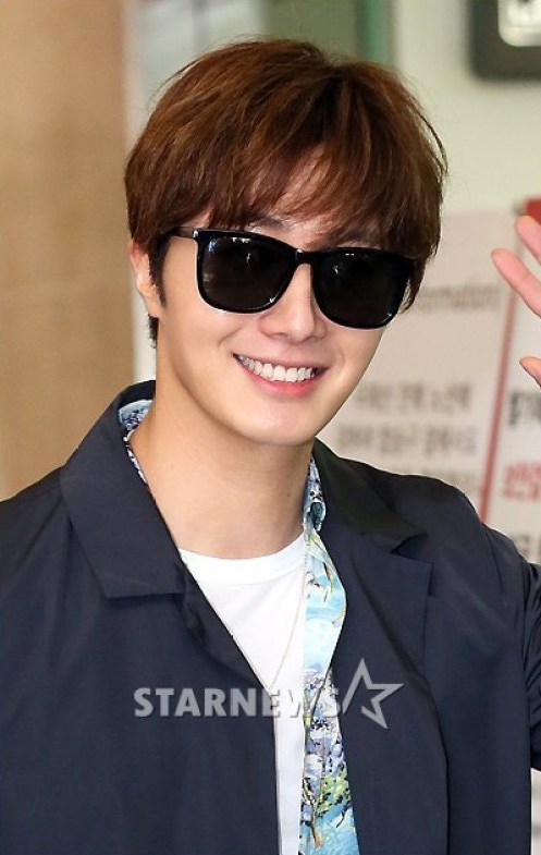 2016-4-14-jung-il-woo-at-the-airport-in-route-to-japan-for-fan-meeting.-11.jpg