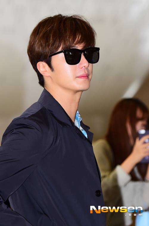 2016 4 14 Jung Il-woo at the airport in route to Japan for Fan Meeting. 3