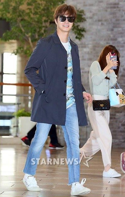 2016-4-14-jung-il-woo-at-the-airport-in-route-to-japan-for-fan-meeting.-8.jpg