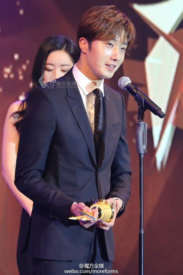 2016 5 21 Jung Il-woo at the Asian Model Awards. Receiving Award. 1