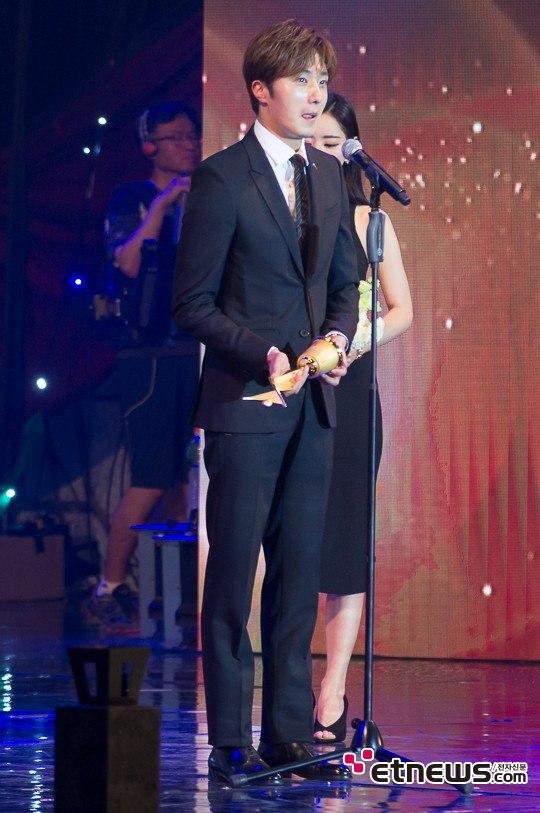 2016 5 21 Jung Il-woo at the Asian Model Awards. Receiving Award. 3