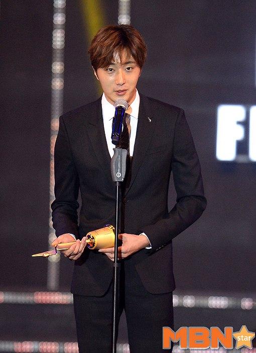 2016 5 21 Jung Il-woo at the Asian Model Awards. Receiving Award. 6