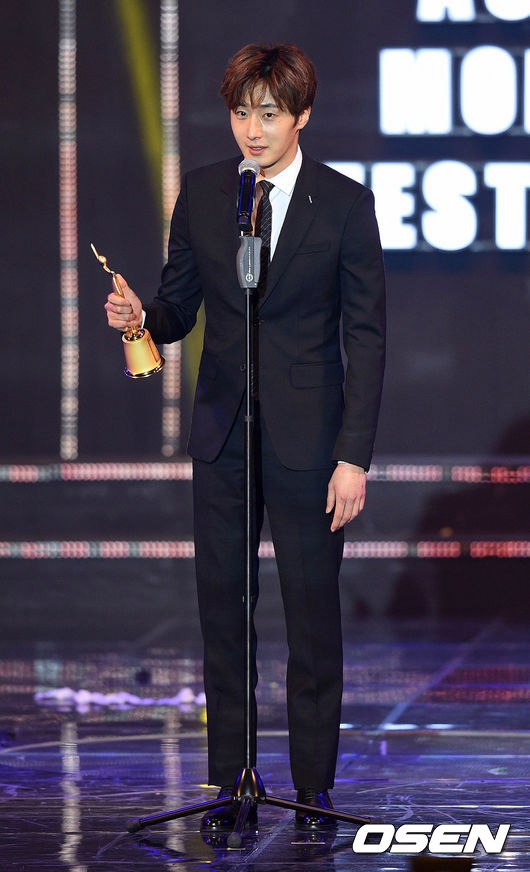 2016 5 21 Jung Il-woo at the Asian Model Awards. Receiving Award. 7
