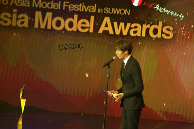 2016 5 21 Jung Il-woo at the Asian Model Awards. Receiving Award. Cr Paring 1