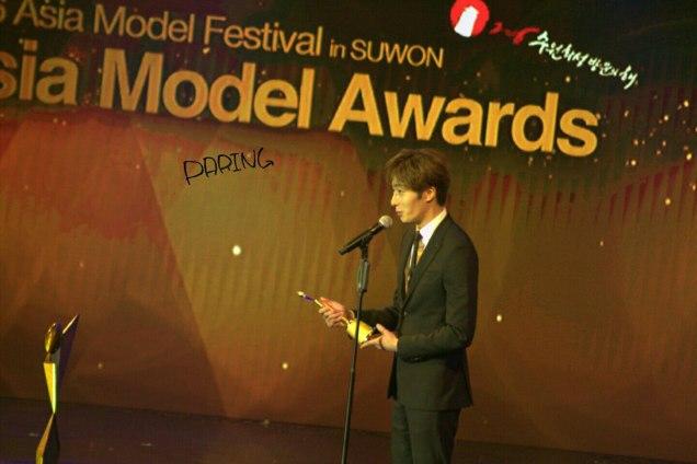 2016 5 21 Jung Il-woo at the Asian Model Awards. Receiving Award. Cr Paring 3