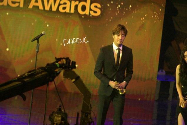 2016 5 21 Jung Il-woo at the Asian Model Awards. Receiving Award. Cr Paring 7