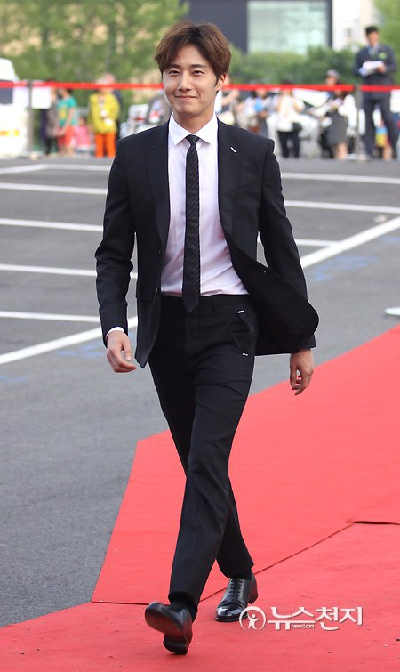 2016 5 21 Jung Il-woo at the Asian Model Awards. Red Carpet walk in. 11