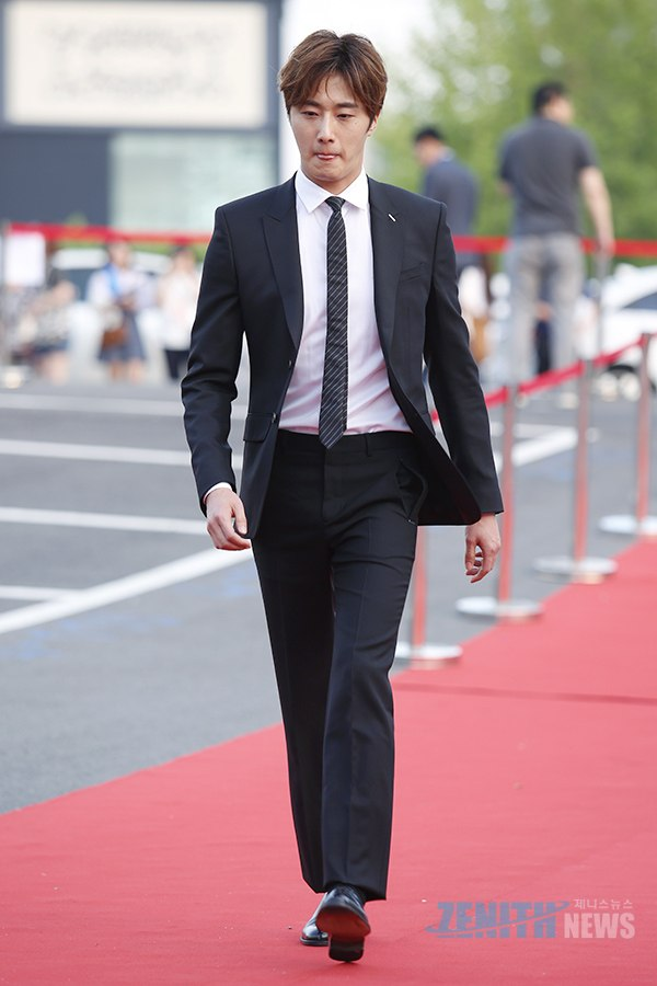 2016 5 21 Jung Il-woo at the Asian Model Awards. Red Carpet walk in. 3