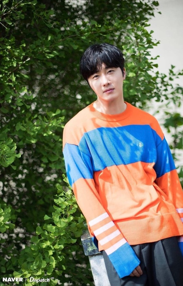 2019 5 2 Jung II-woo in blue and orange! Cr. Naver Dispatch. 16