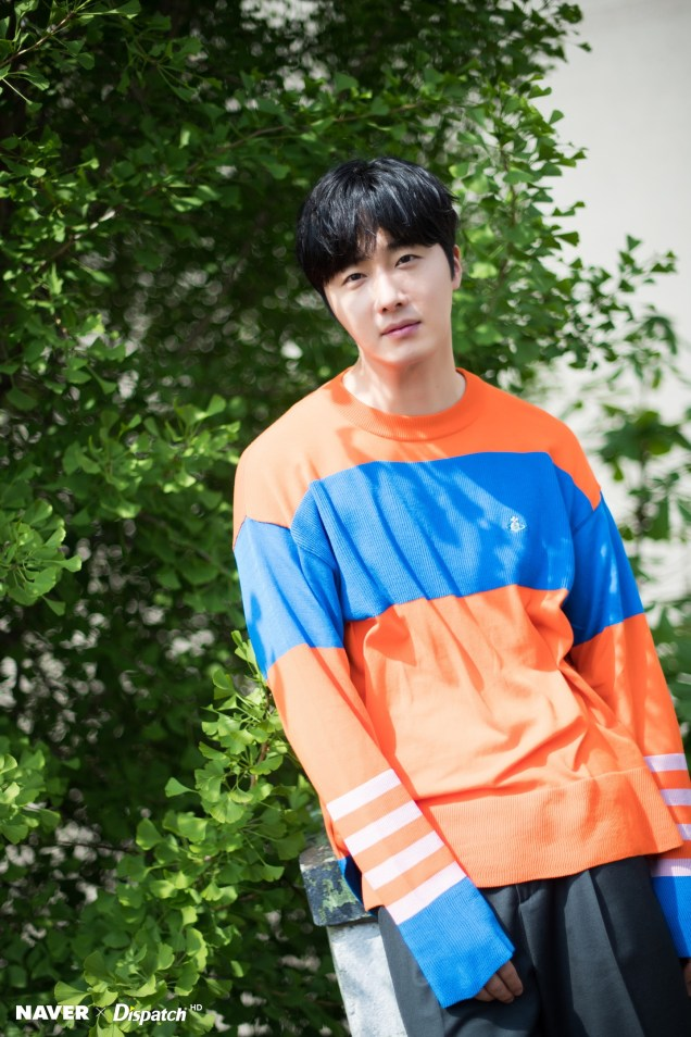 2019 5 2 Jung II-woo in blue and orange! Cr. Naver Dispatch. 19