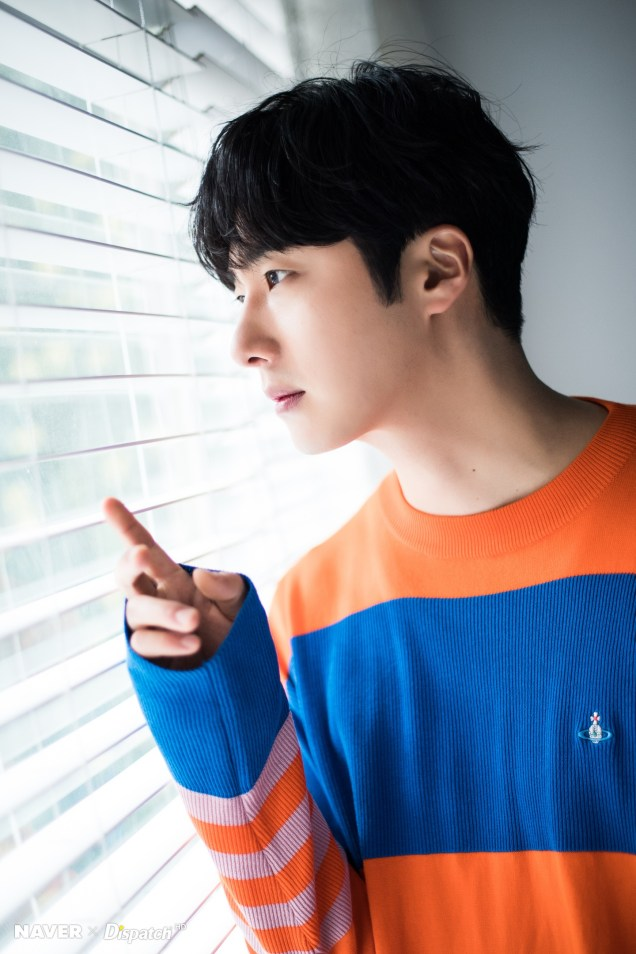 2019 5 2 Jung II-woo in blue and orange! Cr. Naver Dispatch. 22