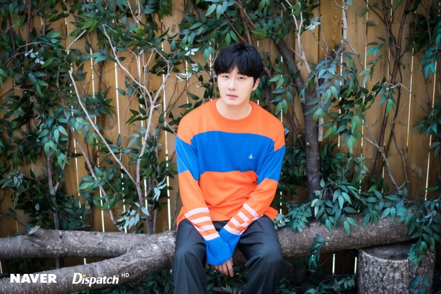 2019 5 2 Jung II-woo in blue and orange! Cr. Naver Dispatch. 25