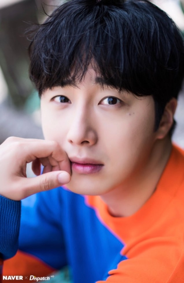2019 5 2 Jung II-woo in blue and orange! Cr. Naver Dispatch. 5