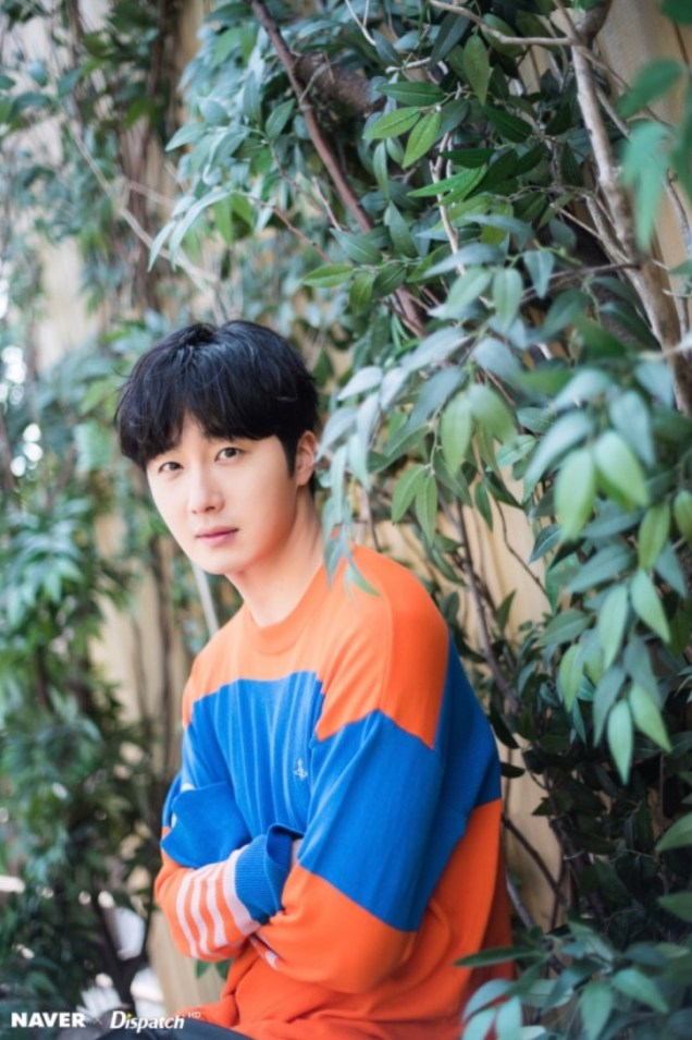 2019 5 2 Jung II-woo in blue and orange! Cr. Naver Dispatch. 7