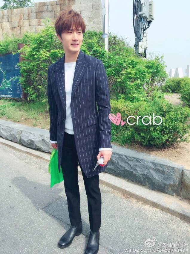 Jung Il-woo walking in the Ihwa Mural Village during the filming of Cinderealla and the Four Knights. Cr. 2015.24.9, DCIlwoo, Chinchin & Lovely_illim. 2016 13