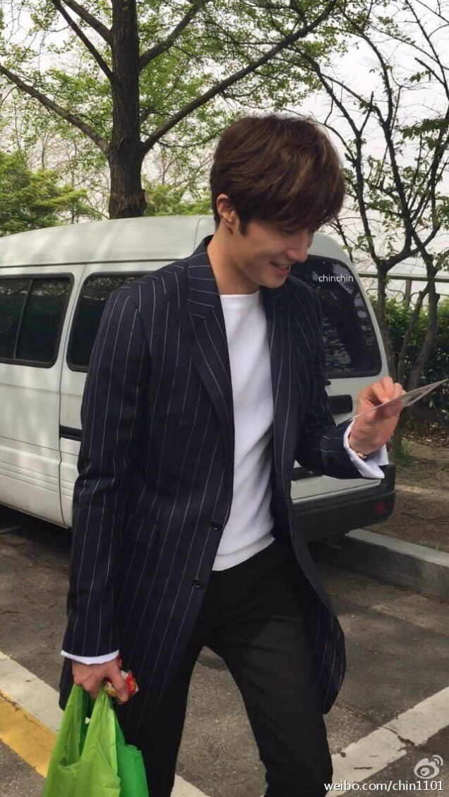 Jung Il-woo walking in the Ihwa Mural Village during the filming of Cinderealla and the Four Knights. Cr. 2015.24.9, DCIlwoo, Chinchin & Lovely_illim. 2016 23
