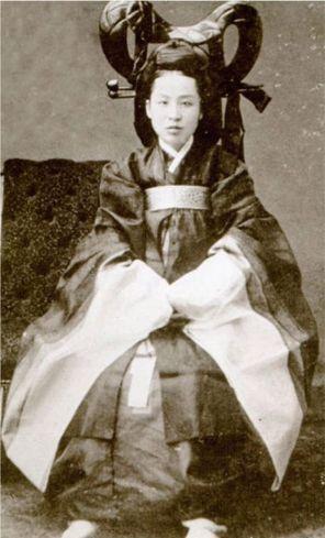 Queen Min (Empress MyeongSeong in 1895. .jpg