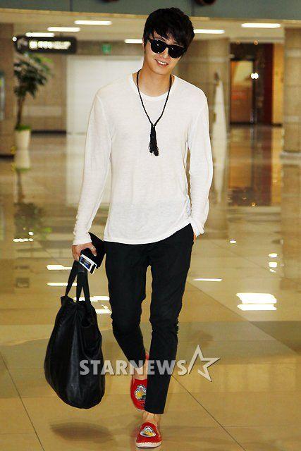 Jung Il-woo at Incheon Airport. Cr. Various. 5.jpg