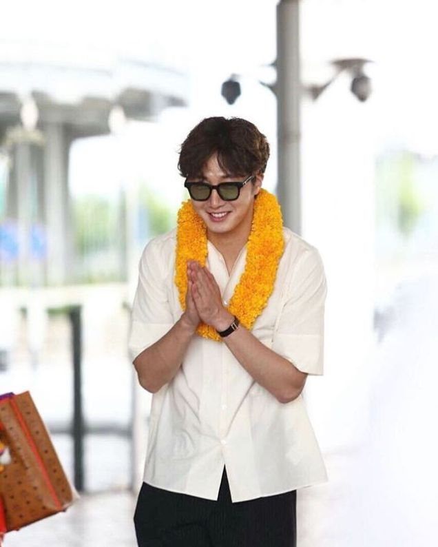 2016 6 5 Jung Il-woo arrives to the airport in Thailand for the filming of Love and Lies. 1